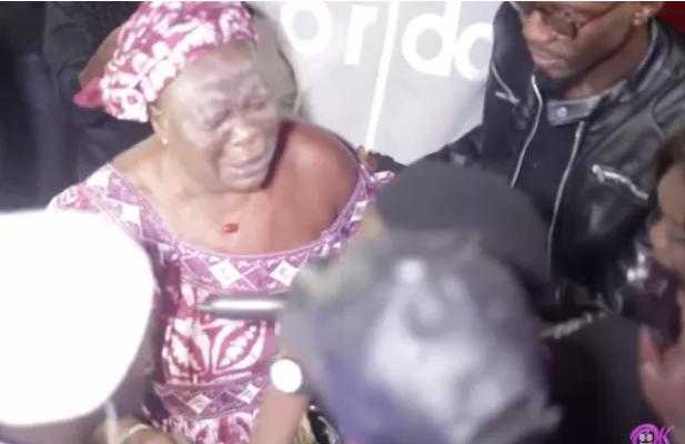Une vieille dame interrompt Sidy Diop en plein concert