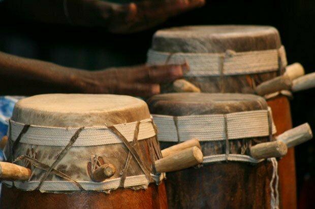 Apprendre à battre le tambour (sabar) avec Mamadou SENE