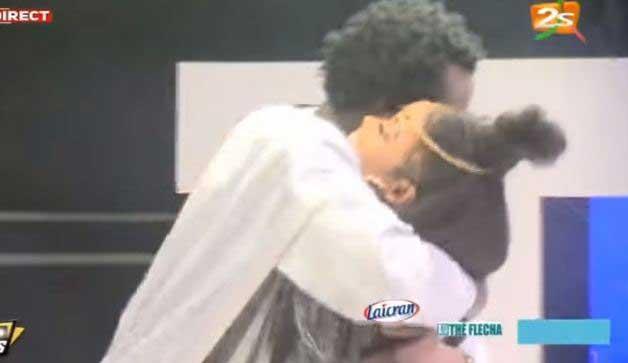 Ndeye Ndiaye Banaya fait perdre la tête à Omaro sur le plateau de la 2STV